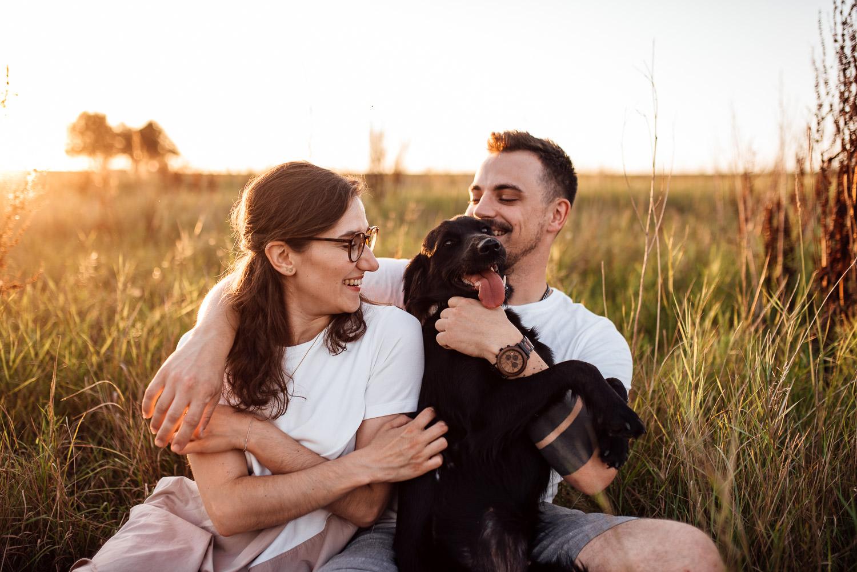 Paarbilder mit Hund im Sonnenuntergang im Allgäu