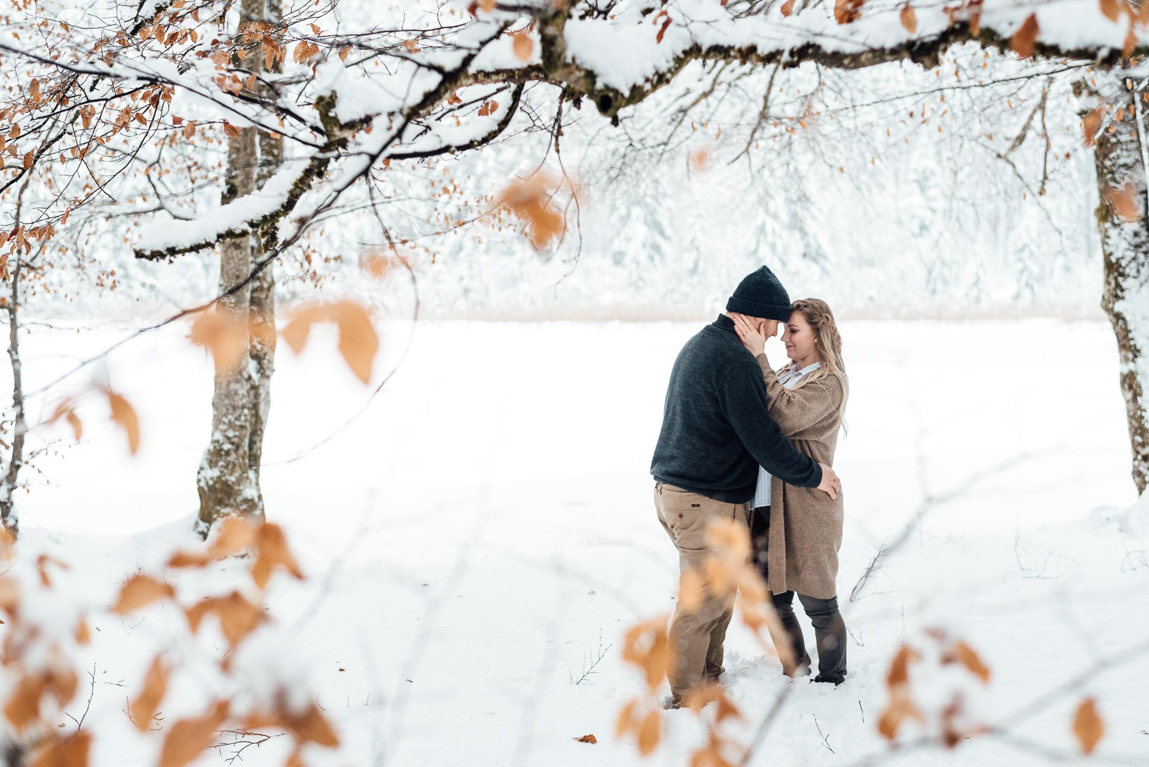 Natürliche Paarbilder im Schnee im Allgäu vom Fotograf